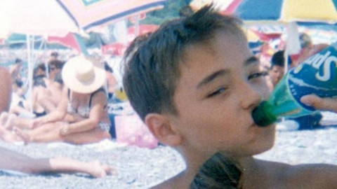 Znate li je ko je dečak koji danas žari i pali scenom? FOTO