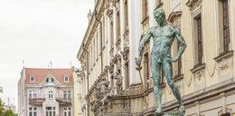 Kultowy Szermierz zniknie z placu Uniwersyteckiego?