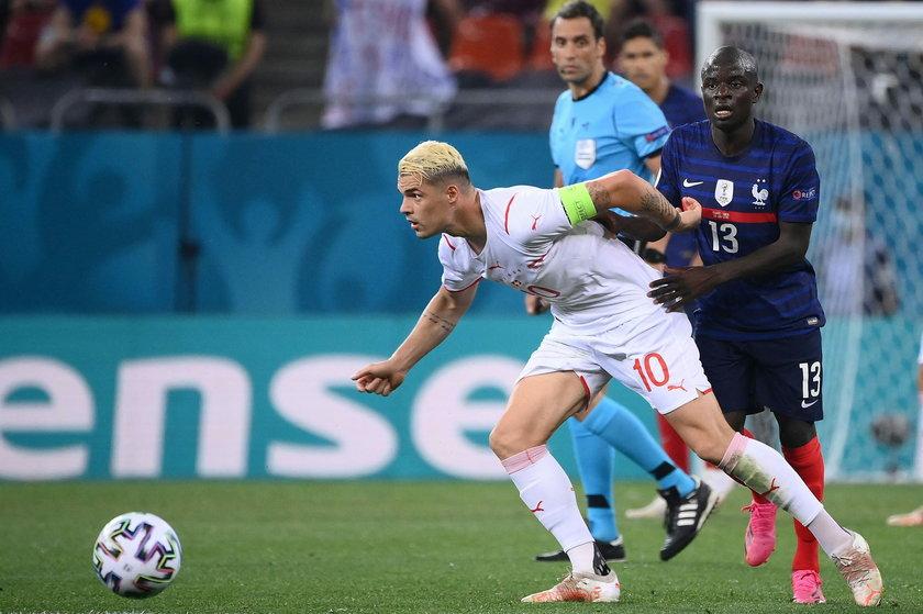 Kwadrans przed końcem podstawowych 90 minut kapitan Szwajcarii kwestionował decyzję sędziego Fernando Rapalliniego (43 l.), a argentyński arbiter bez wahania pokazał mu żółtą kartkę.