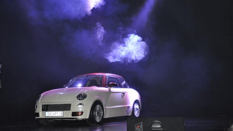 Przypominamy, że w czasach swej największej świetności nowa syrena kosztowała ponad 70 tys. zł - na tamte czasy to była ogromna suma. W 1957 roku, kiedy rozpoczęto produkcję w FSO, była hitem. W tym roku legendzie polskich dróg stuknęło 58 lat. Współczesne wcielenie auta nawiązujące do królowej szos z czasów PRL konstruowali od 2012 roku inżynierowie AMZ Kutno.