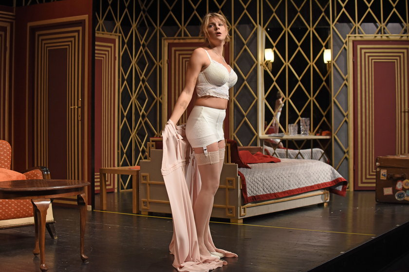 Marta Wierzbicka w bieliźnie na scenie w Teatrze Capitol