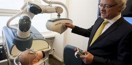 Ten robot przeszczepia włosy