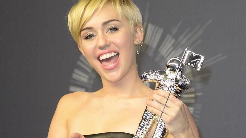 Miley Cyrus tym razem obyła się bez skandalu. Nagrodę wnajbardziej prestiżowej kategorii – teledysk roku – dedykowała młodym, bezdomnym Amerykanom, których jest aż 1,6 miliona