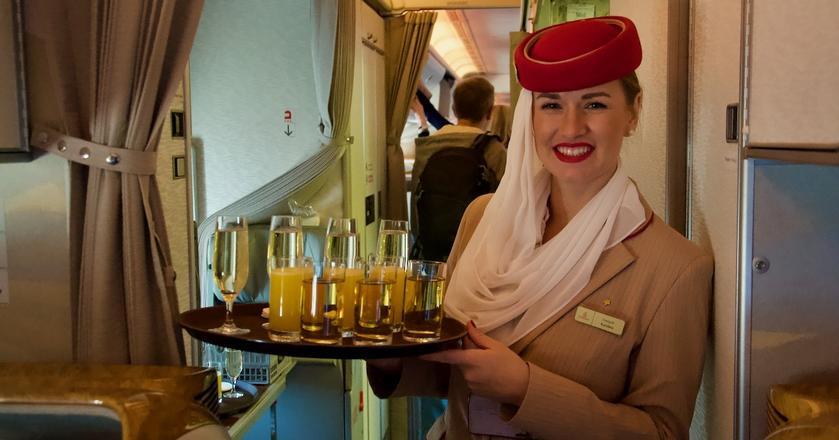 Emirates obsługuje trasę Warszawa-Dubaj-Warszawa samolotami Boeing 777-300ER - na większości lotów w konfiguracji dwuklasowej (klasa ekonomiczna i klasa biznes)