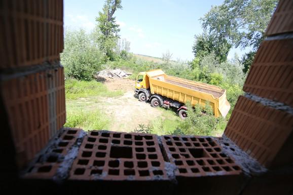 Kamioni odnose ostatke građevina