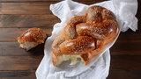 Domowa chałka, chlebek lub racuchy. Łatwe przepisy na drożdżowe wypieki