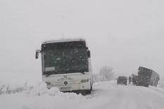 Kamioni i autobusi zaglavljeni u snegu
