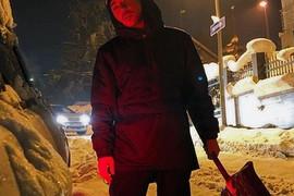 """UZEO LOPATU U RUKE Pevač besan zbog snega, žestoko i opsovao, a evo kako se """"BORI"""" poznati glumac"""