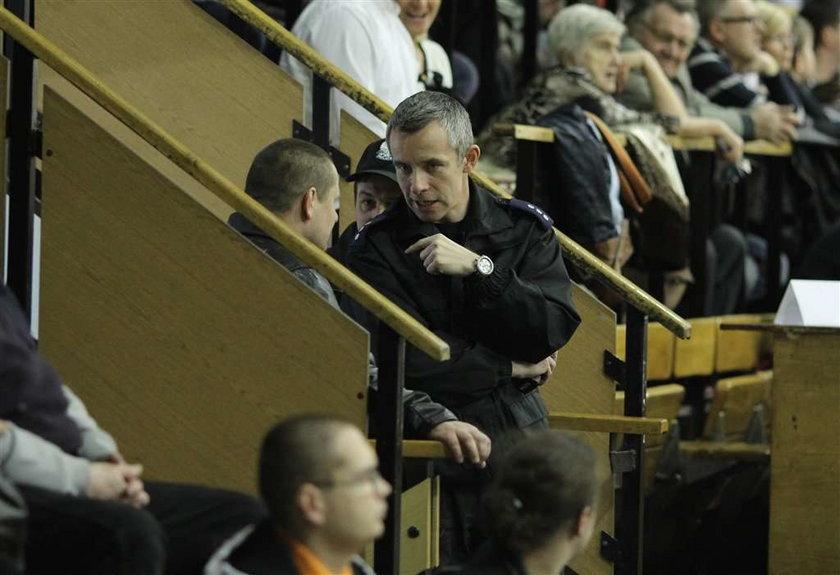 Robert Małek miał bardzo pracowity weekend. Najpierw sędziował mecz Wisły z Lechem, a potem, już w roli policjanta, pilnował porządku na meczu piłki ręcznej