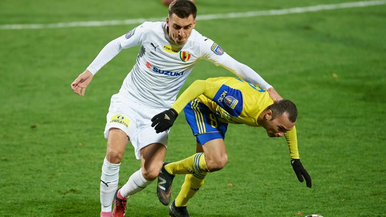 Piłkarz Arki Gdynia Marcus Vinicius (P) i Marcel Gąsior (L) z Korony Kielce podczas meczu 1/16 finału Pucharu Polski