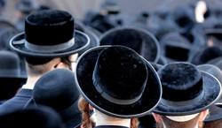 Tłum tańczących Żydów na lotnisku Chopina łamał obostrzenia. NAGRANIE wywołało burzę w sieci