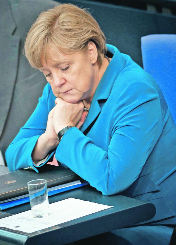 Teški kapciI: Merkelova na zasedanju Bundestaga