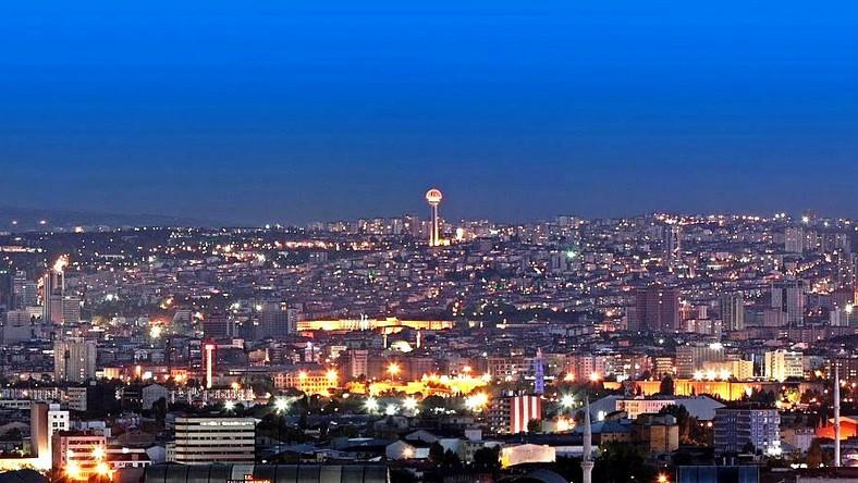 """Ankara, Turcja (fot. """"Ankara panoramic night"""" autorstwa LoudHmen - Praca własna. Licencja Creative Commons Attribution-Share Alike 3.0 na podstawie Wikimedia Commons)"""