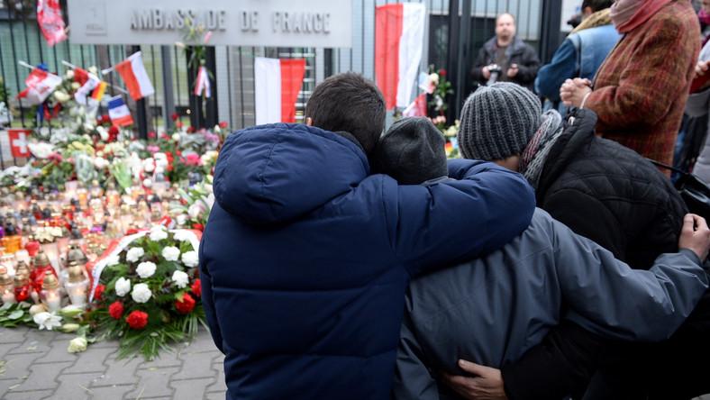 Prefekt paryskiej policji informuje o: -18 zabitych przy ulicy Charonne - 5-ciu przy de la Fontaine au Roi - co najmniej 12-tu na skrzyżowaniu ulic Alibert i Bichat - 1 osoba zginęła w rejonie stadionu Stade de France - są też dziesiątki ofiar w sali koncertowej Bataclan - według policji zginęło 8 terrorystów.