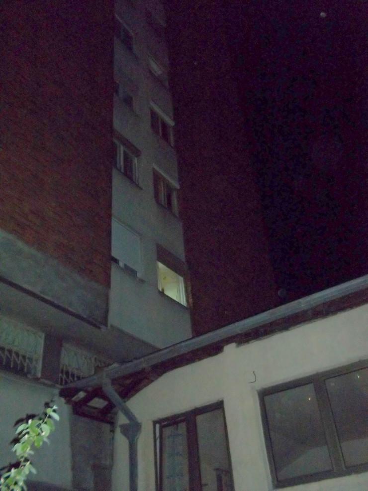 NIS01 Prozor sa kojeg je ispala Nislijka i krov na koji je pala foto M.Bukovac