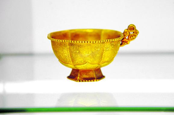 Zlatna šolja u obliku lotosovih latica, dinastija Liao (916-1125)