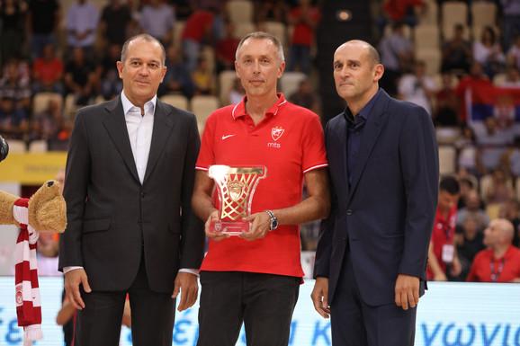 Braća Angelopulos uručila su odlikovanje treneru Zvezde Milanu Tomiću