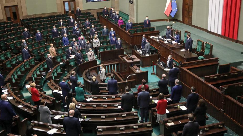 Sondaż: PiS traci najwięcej, partia Hołowni wiceliderem