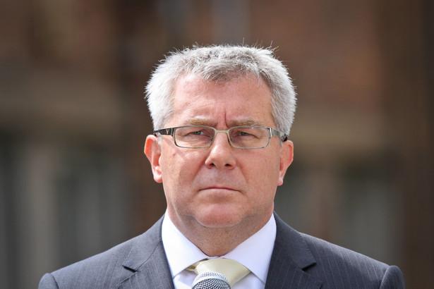 Czarnecki odrzuca, jakoby pomagał swojemu synowi Bartoszowi Czarneckiemu w zdobyciu posady młodszego specjalisty w Polskiej Grupie Zbrojeniowej.