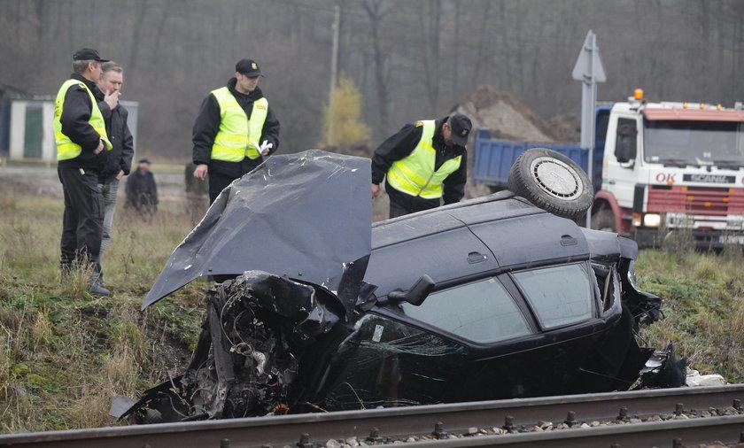 Kierowca Audi wjechał pod pociąg