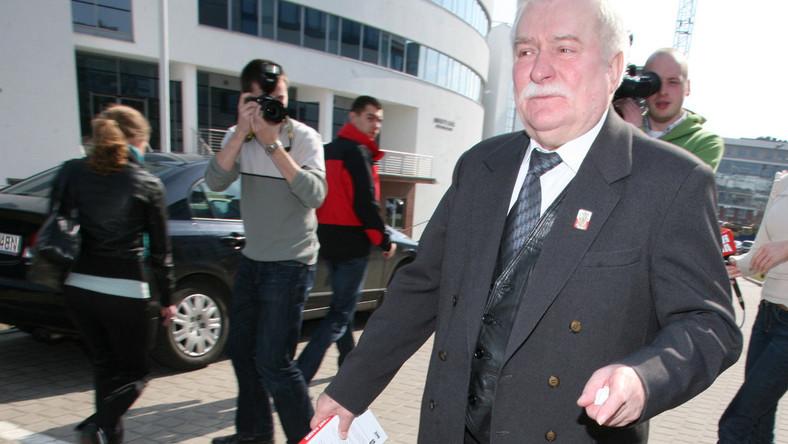 Wałęsa śpiewa stoczniowcom i premierowi