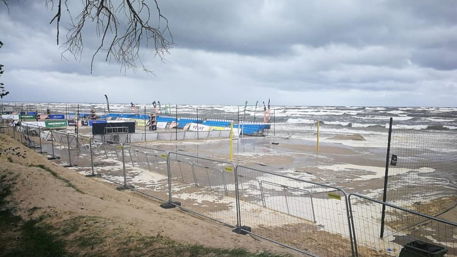 Zalane boiska i trybuny w Jurmale