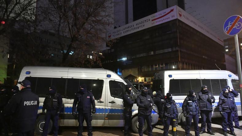 Funkcjonariusz policji podczas demonstracji przeciwko zaostrzeniu prawa aborcyjnego PAP/Radek Pietruszka