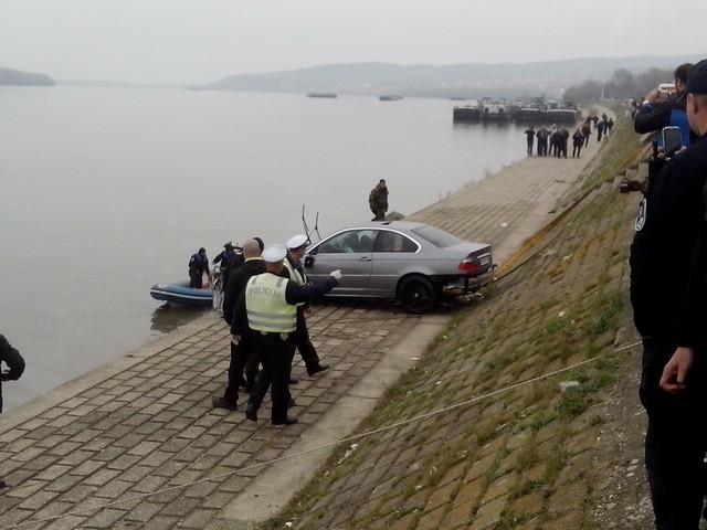 Auto je izvučen iz reke