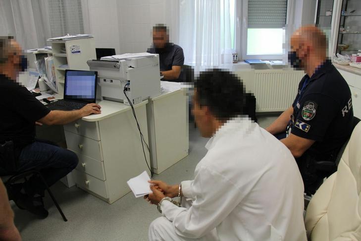 Rendelés közben, fehér köpenyben ütöttek rajta az orvoson a zsaruk /Fotó: police.hu