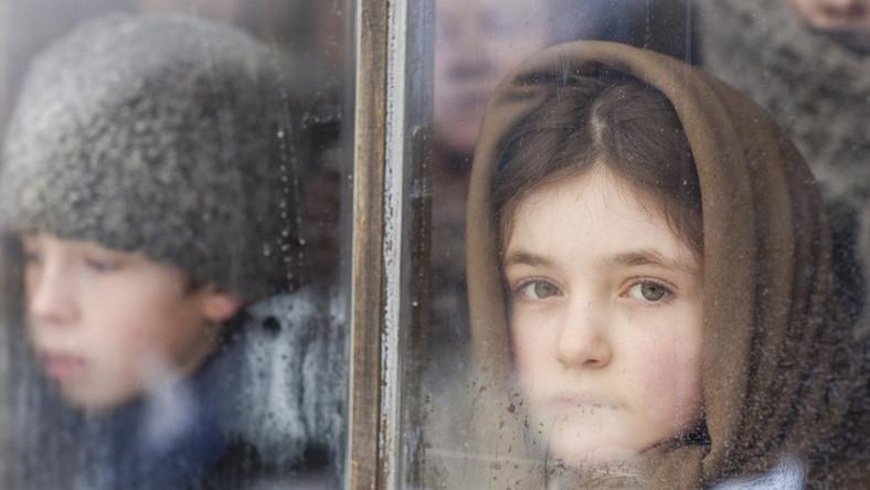 Bohaterami opowieści są wywiezieni na Syberię Jan Dolina (Adam Woronowicz), jego żona (Urszula Grabowska) i dzieci