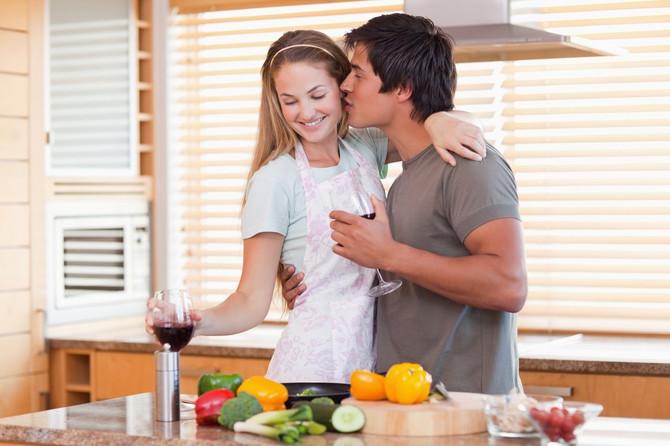 Više od 90 odsto ljudi pamti detalje prvog romantičnog poljupca
