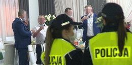 Chryja na wielkim weselichu w Malanowie! Wpadła policja po tańcu młodożeńców. Głodni goście nie chcieli odejść od stołów...