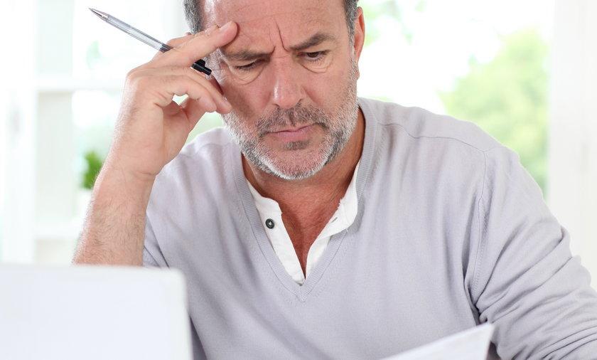 mężczyzna czyta dokumenty