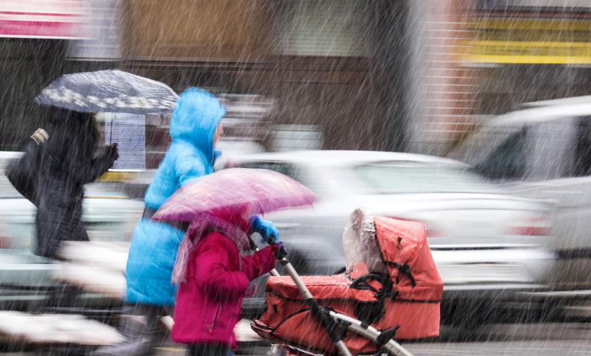 IMGW ostrzega przed burzami i deszczem w środę i w czwartek. W weekend będzie ciepło
