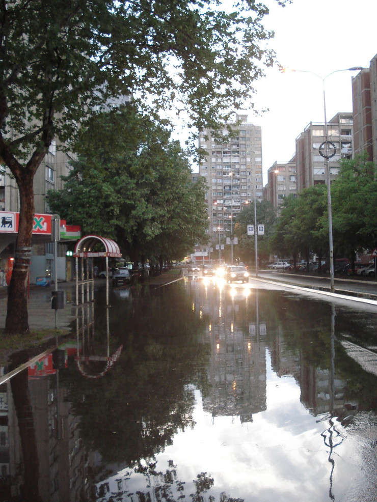 338016_nis5-potopljene-saobracajnice-posle-nevremena-u-nisu-mini-jezero-ised-masija-na-bulearu-nemanjica-foto-branko-janackovic
