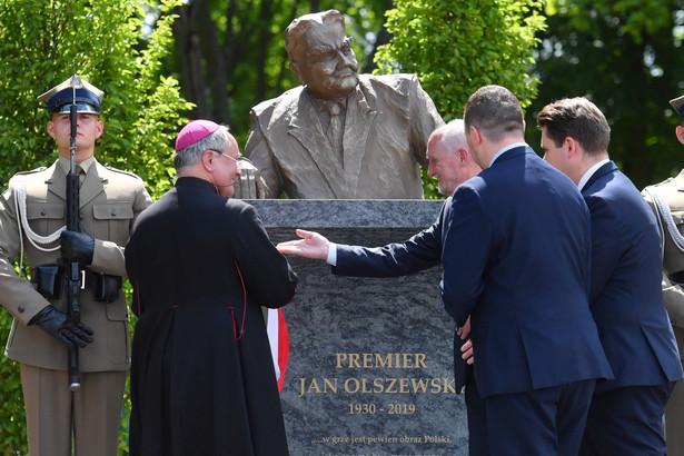 Poseł PiS Antoni Macierewicz i bp Michał Janocha podczas odsłonięcia pomnika Olszewskiego
