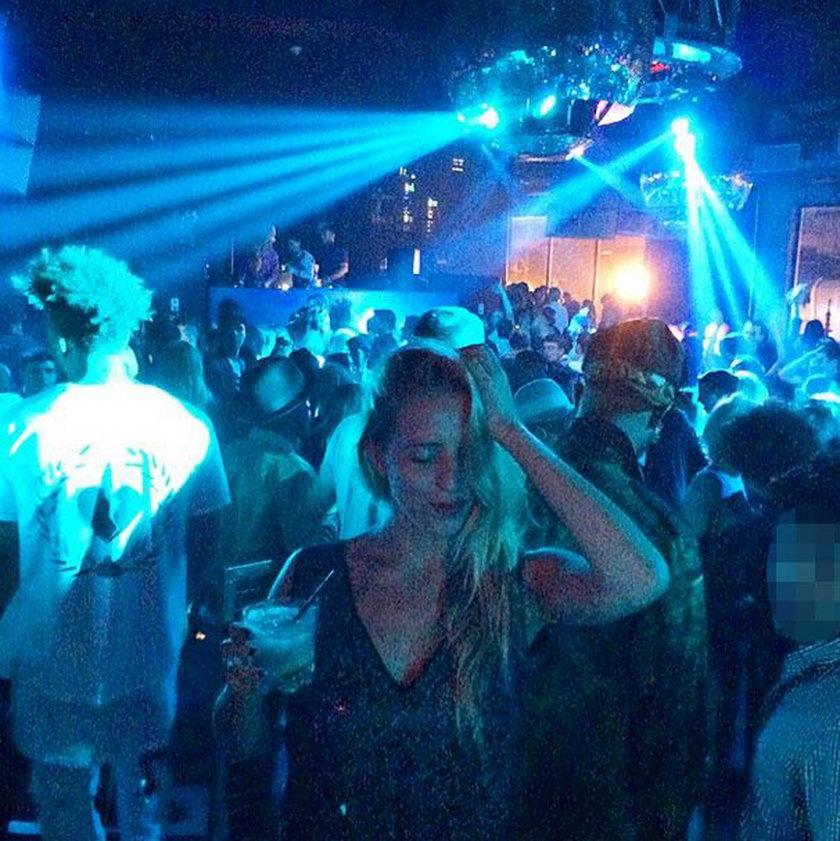Jessica Mercedes z drinkiem na imprezie