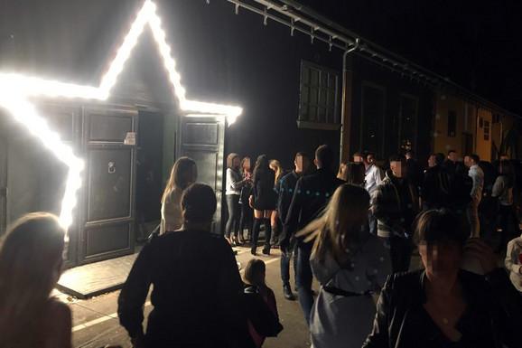 Preplašeni gosti ispred kluba nakon napda