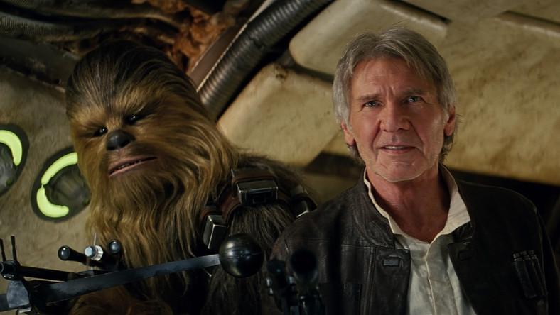 """Dla starych fanów, szczególnie tych, którzy się na """"Gwiezdnych wojnach"""" wychowali, seans """"Przebudzenia mocy"""" jest jak spotkanie ze starymi znajomymi. Dawno niewidzianymi, bo przecież od premiery """"Powrotu Jedi"""" minęło już ponad 30 lat. I przez czas zmienionymi, z włosami przypruszonymi siwizną i zmarszczkami na twarzach. Zestarzał się nawet owłosiony Chewbacca, a i R2-D2 przestał błyszczeć nowością. Szczególnie trudno się nie wzruszyć w momentach, gdy na ekranie pojawiają się kolejni, legendarni bohaterowie (a większość z nich ma bardzo efektowne wejścia). Ale też wtedy, kiedy żartują ze swych słynnych przywar i słabostek. Zwłaszcza podchodzący do swej roli z dystansem Han Solo – Harrison Ford. Jak pisze jeden z recenzentów: """"Nawet jeśli stary szmugler przyrdzewiał, to ząb czasu nie zabrał mu ciętego języka i uroczej arogancji""""."""