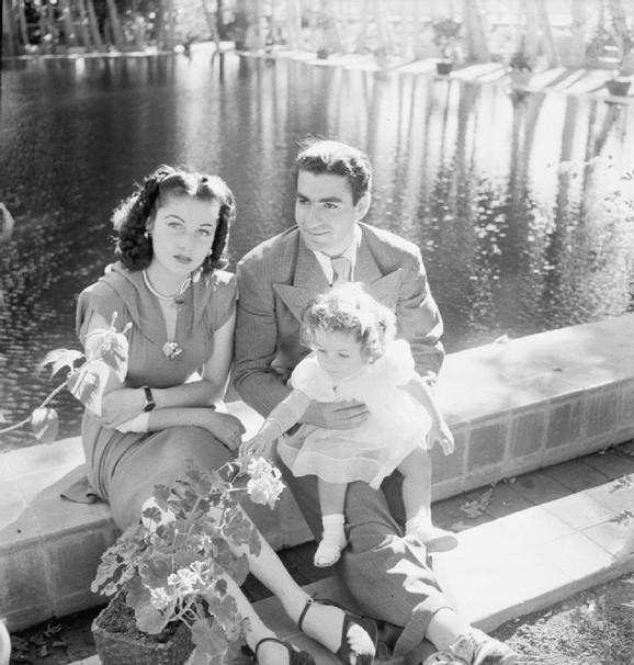 Šah Mohamed Reza Pahlavi, njegova prva supruga Favzija i princeza Šanaz u vrtu palate nedaleko od Teherana 1942.