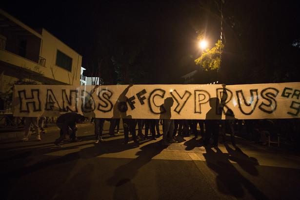 Protestujący Cypryjczycy