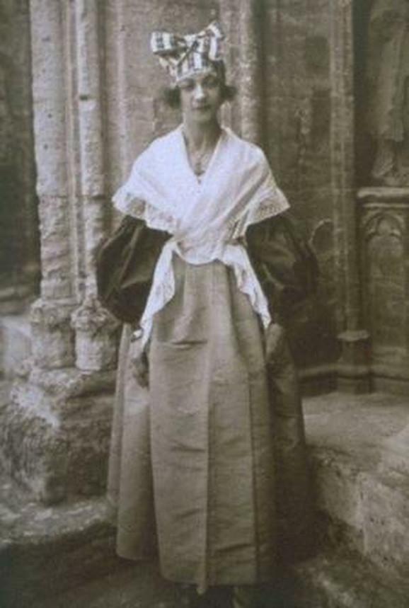 Žan Kalmen sa 22 godine, slikana 1897.