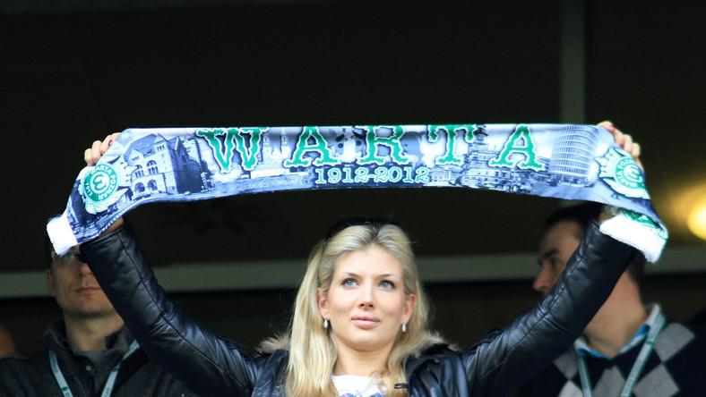Piękna pani prezes z szalikiem swojego klubu