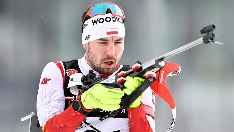 Grzegorz Guzik na strzelnicy podczas biegu na 15 km ze startu wspólnego, na mistrzostwach Polski w biathlonie