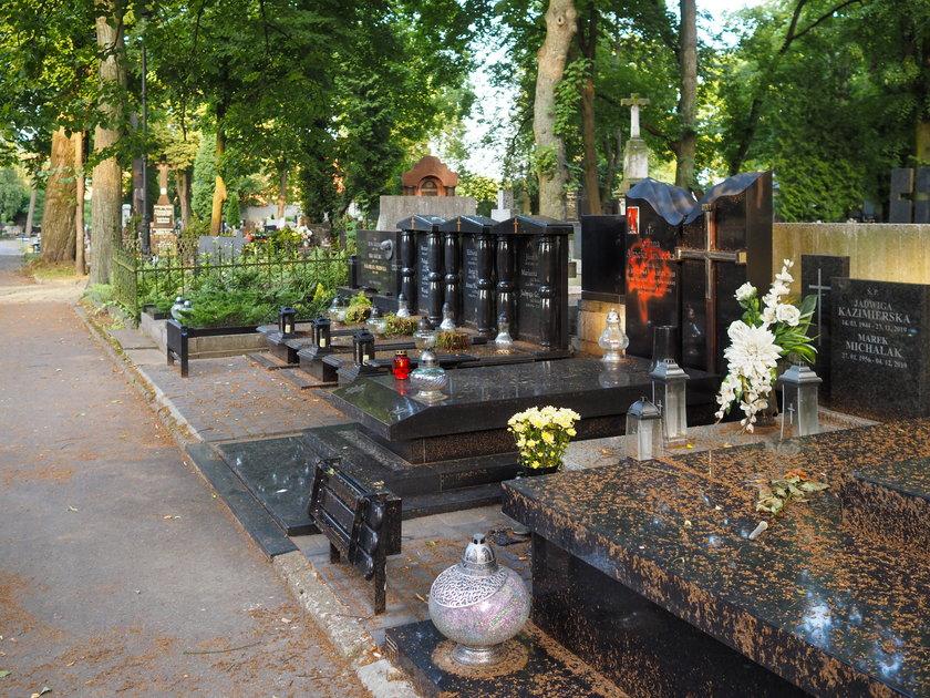 Zniszczony grób mecenas Joanny Agackiej-Indeckiej