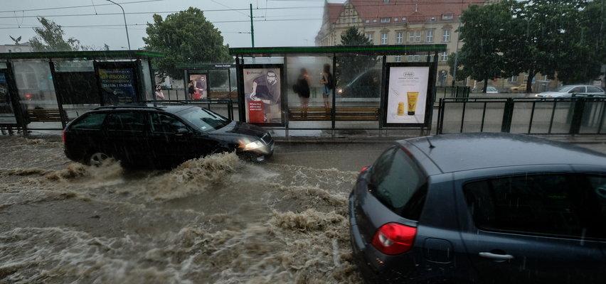 Nagłe burze i powodzie w miastach. Co zrobić, gdy zaleje nam auto? Jakie ubezpieczenie to obejmuje?