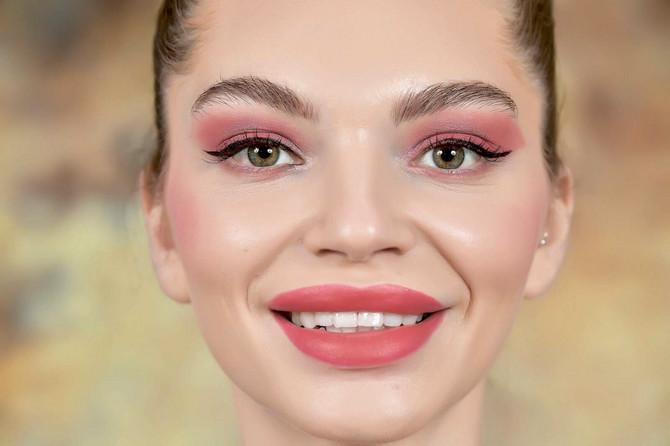 Predlog je da kosu podignete ili bar sklonite sa lica da bi sama šminka bila u prvom planu.