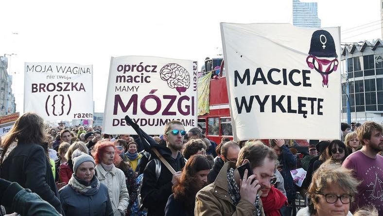 """Manifa to demonstracja organizowana co roku z okazji Dnia Kobiet. Według szacunków policji w tegorocznej manifestacji wzięło udział ok. 3700 osób. Zdaniem warszawskiego ratusza uczestników było ok. 4 tys. Na początku manifestacji, zachęcani przez organizatorki, uczestnicy skandowali hasła: """"Każda ekipa ta sama lipa"""", """"Każda władza nam przeszkadza"""". W przemówieniach przekonywano, że jest sens iść z Manifą po raz 18., choć główne postulaty organizatorów od lat są ignorowane przez kolejne rządzące ekipy."""