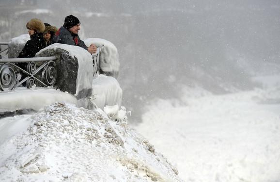 Zadivljeni turisti prkose snegu i hladnoći