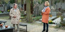 """Romans w """"Klanie"""" na cmentarzu. Mirek uwiedzie Elżbietę?"""